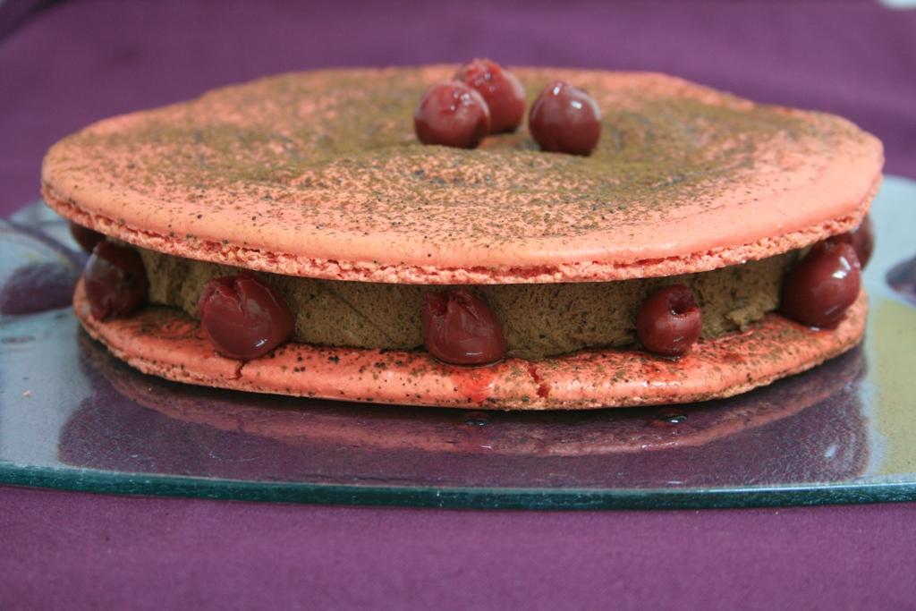 Douceur de mousse chocolat-griotte sur son lit de macaron