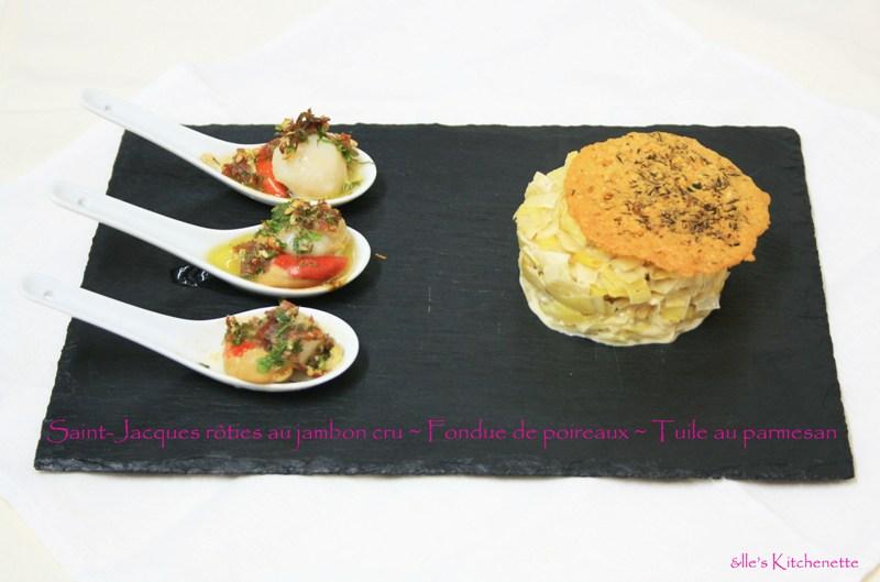 St Jacques rôties au jambon cru, fondue de poireaux, tuile au parmesan